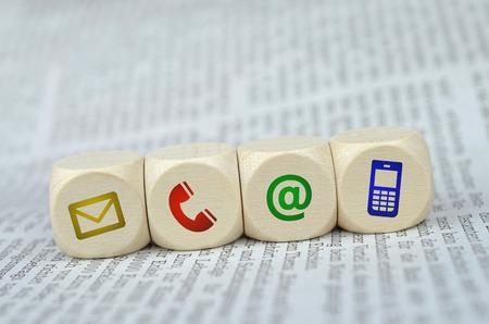 Website en Internet contacteer ons pagina concept met gekleurde pictogrammen op een krant