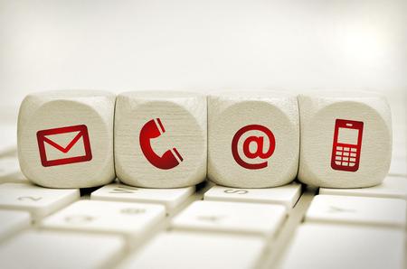 ウェブサイトおよびインターネットお問い合わせキーボード上の赤いアイコンが付いたページ コンセプト