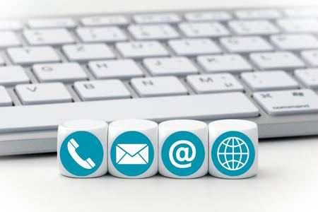 Schreiben Würfel vor einer Tastatur - Kontaktaufnahme Standard-Bild - 63002564