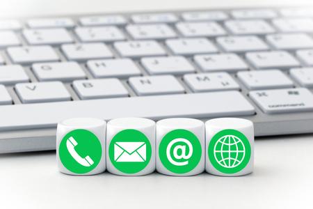 Schreiben Würfel vor einer Tastatur - Kontaktaufnahme Standard-Bild - 63002561
