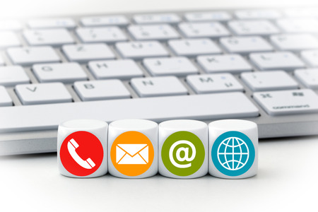 Brief dobbelstenen in de voorkant van een keyboard - Contact