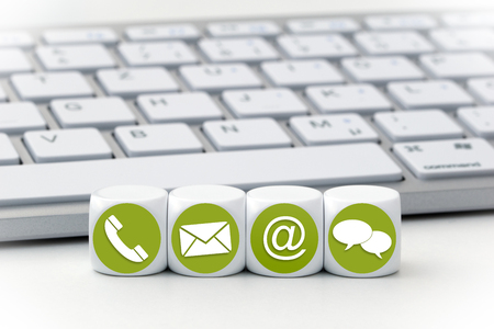 Website en internet contact met ons op pagina concept met gekleurde pictogrammen op kubussen