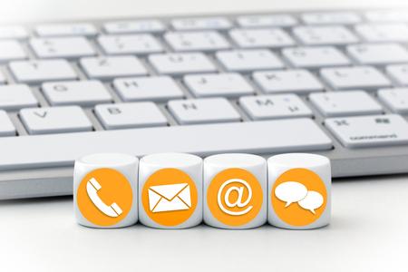 Website und Internet-Seite Kontakt Konzept mit farbigen Symbolen auf Würfeln Standard-Bild