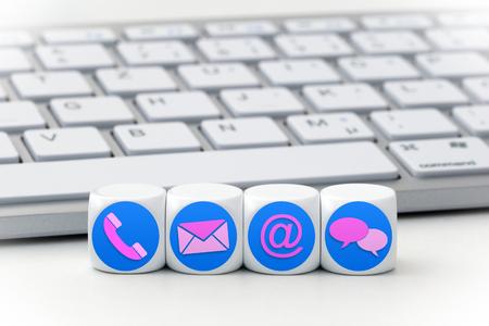 Website und Internet-Seite Kontakt Konzept mit farbigen Symbolen auf Würfeln Standard-Bild - 63848627