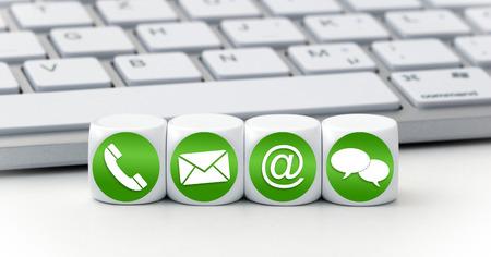Website en Internet contacteer ons pagina concept met groene pictogrammen op kubussen op een toetsenbord Stockfoto