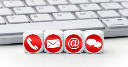 Website en internet contact met ons pagina concept met rode pictogrammen op de kubussen op een toetsenbord Stockfoto
