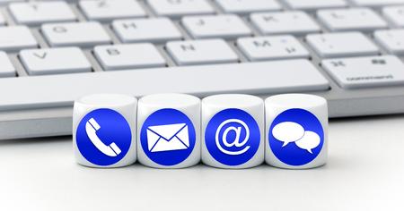Website en Internet contacteer ons pagina concept met blauwe pictogrammen op kubussen op een toetsenbord