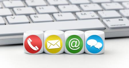 Website en Internet contacteer ons pagina concept met gekleurde pictogrammen op kubussen op een toetsenbord Stockfoto