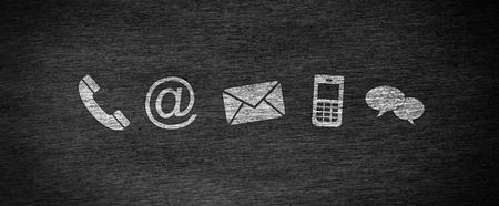ウェブサイトとインターネットは、黒板上の白いアイコンで私たちにページの概念に連絡