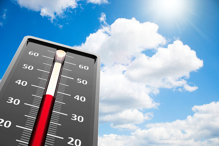 calor: Termómetro indica la temperatura alta en el cielo azul, representación tridimensional Foto de archivo