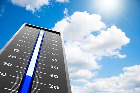 termómetro: Termómetro indica la temperatura baja en el cielo azul, representación tridimensional Foto de archivo