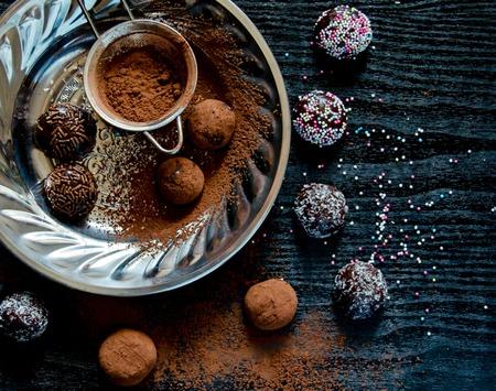 trufas de chocolate: Brigadeiro - trufas de chocolate brasile�os Foto de archivo