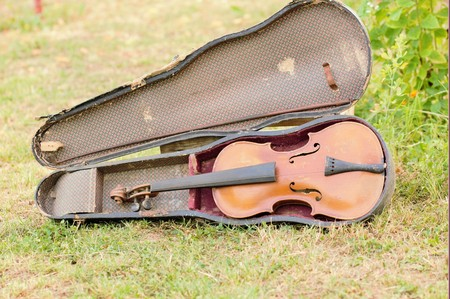 g string: Old violin, since 1928