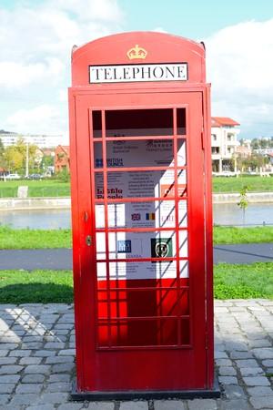 Een origineel telefooncel uit Groot-Brittannië bevond zich aan de oever van de stoep van Somes in Cluj-Napoca