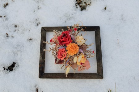flores secas: imagen 3D en la naturaleza. Flores secas en un marco de fotos muy antiguo en la nieve