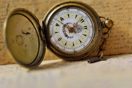 cartas antiguas: Old pocket watch with key and old letters background Foto de archivo