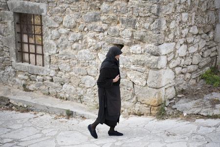 2017 年 8 月 29 日、ギリシャ、レフカダ島 Spanochori 村の中を歩く地元の老婆を歩く村