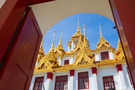 The door and temple in Thailand. Temple name Wat Ratchanadda in Bangkok. Imagens