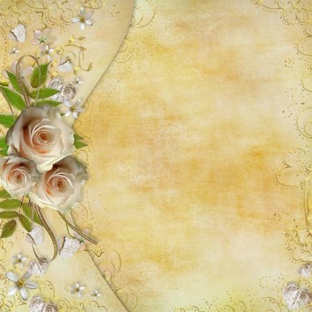 anniversaire mariage: Carte de voeux d'or avec de belles roses, c?urs en papier, ruban, feuilles
