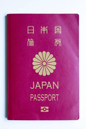Couverture avant du passeport japonais sur fond blanc