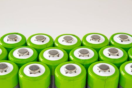 Un groupe de batteries rechargeables haute capacité sur fond blanc
