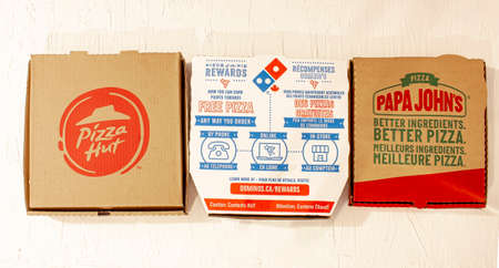 Calgary, Alberta, Canada. March 24 2020. Top view of Pizza boxes. Pizza hut, Dominos, Papa Johns. 新聞圖片