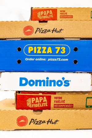 Calgary, Alberta, Canada. March 24 2020. Pizza boxes on top of each other. Pizza hut, Dominos, Papa Johns. 新聞圖片