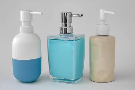 Distributeur de savon coloré pour salles de bains ou éviers de cuisine sur fond blanc
