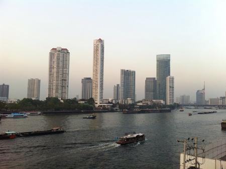 vue ville: Vue sur le fleuve la ville de Bangkok