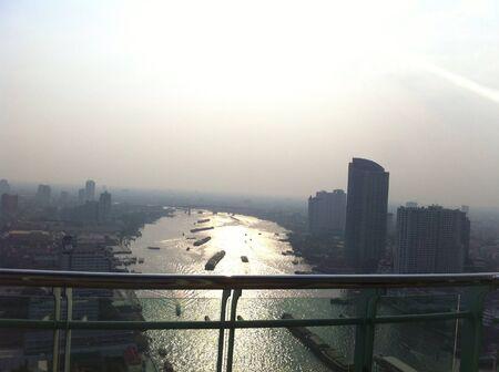 vue ville: Chao Phaya rivi�re Bangkok vue sur la ville Banque d'images