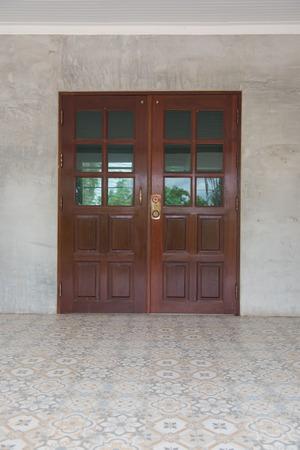 puertas de madera: Las puertas dobles de madera marrón cerrada