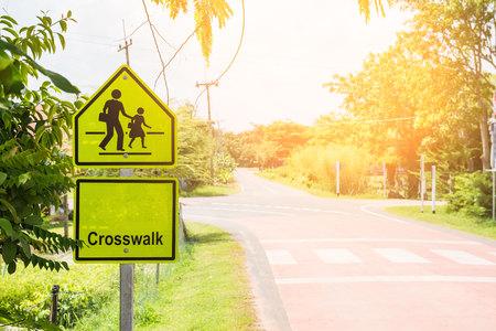 paso de peatones: Signo amarillo pasarela en el símbolo de la zona de la escuela en el campo.