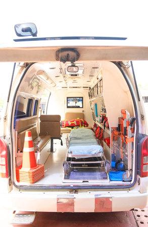 Dentro de una ambulancia con equipamiento médico. Coche para paciente referido. Foto de archivo