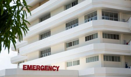Weißes Gebäude des modernen öffentlichen Krankenhauses, Eingang der Notaufnahme.