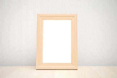 marco madera: el marco en blanco de madera en la pared y la mesa de madera
