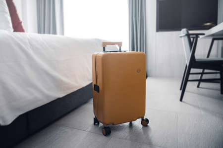 Suitcase or luggage bag in a modern hotel room. Stockfoto