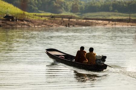 limosna: monjes budistas que recogen limosnas en la ma�ana en barco.