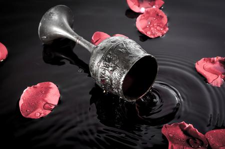 물 배경에 와인 잔