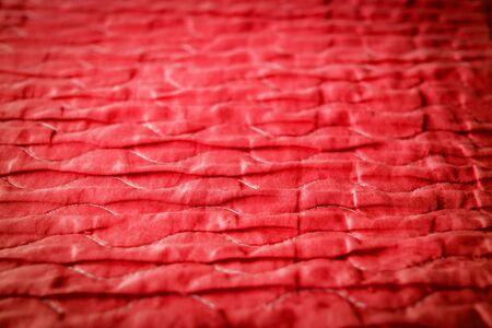 波と光沢のように見える赤い布。テクスチャと背景の選択のフォーカス
