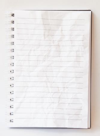 papeles oficina: Blanco arrugado libro sobre fondo blanco aislado. Foto de archivo