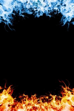 fuego azul: Rojo y marco fuego azul sobre fondo negro Foto de archivo