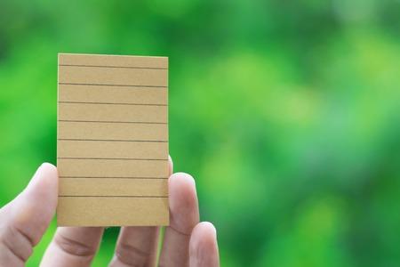 上の本の茶色の紙は、木の背景をぼかし。その教育は順序でノートを使用して、ビジネスとライフ スタイル。