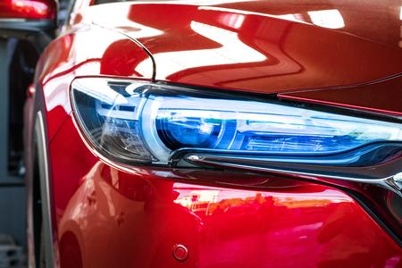 Led Scheinwerfer Auto für Kunden. Unter Verwendung der Tapete oder des Hintergrundes für Transport und Automobilbild.