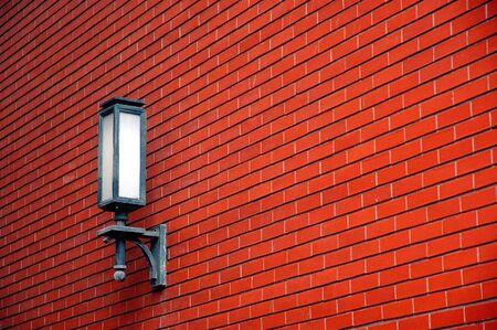 붉은 벽돌 벽에 램프입니다. 스톡 콘텐츠 - 2537752