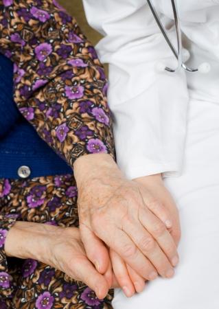 positiveness: La mujer mayor toma de las manos del m�dico.