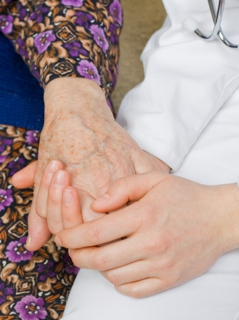 positiveness: El m�dico de la mano de una anciana.