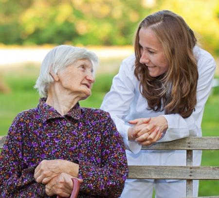 sick person: Mujer mayor con el doctor joven dulce Foto de archivo