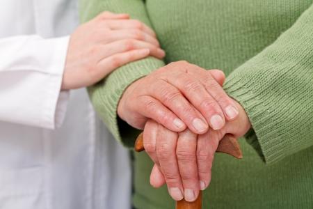 artritis: Cuidados en el hogar ancianos tienen diferencias culturales y geogr?ficas Foto de archivo