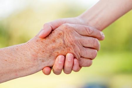 apoyo familiar: Las manos de ayuda para el cuidado de asilo de ancianos Foto de archivo