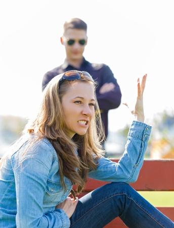 novios enojados: Niña enojada con su novio porque es la infidelidad